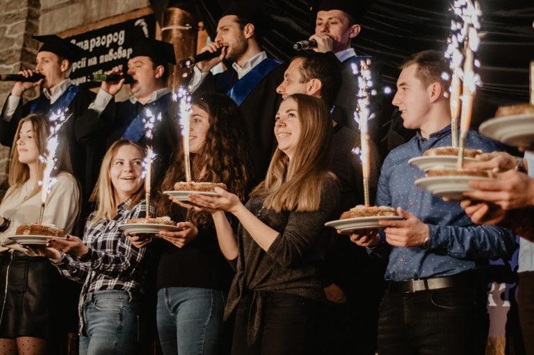 Ludzie na wycieczce z tortami i śpiewakami