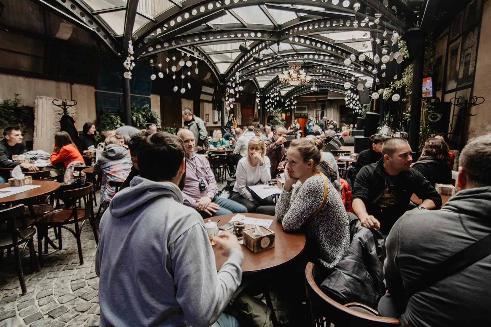 Ludzie przy stole podczas wyjazdu do Lwowa z biurem podróży East Travel