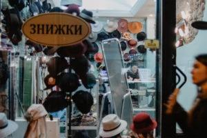 Widok zza okna na sklep z kapeluszami