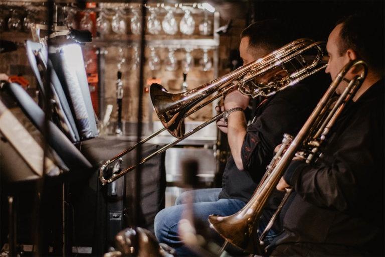 Ludzie grający na instrumentach