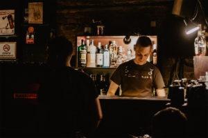 Barman podczas wycieczki z East Travel