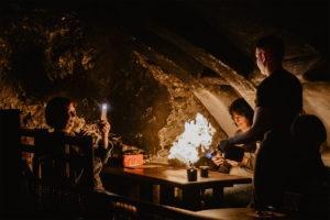 Osoba przy stole z ogniem na wycieczce z East Travel