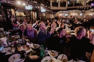 Ludzie przy stole podczas wycieczki z East Travel