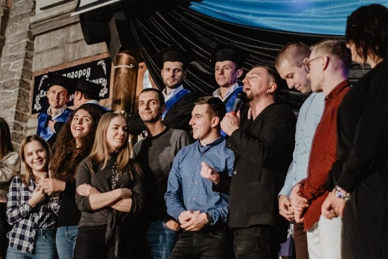 Ludzie śpiewający na scenie podczas wycieczki z East Travel