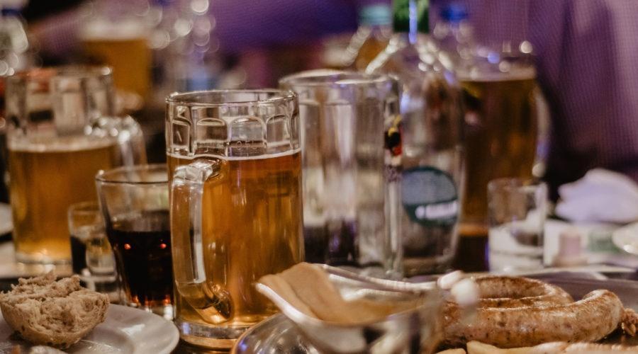 Widok na kufel z piwem podczas wieczoru kawalerskiego we Lwowie
