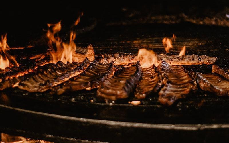 Pieczone żeberka na ogniu podczas wieczoru kawalerskiego we Lwowie