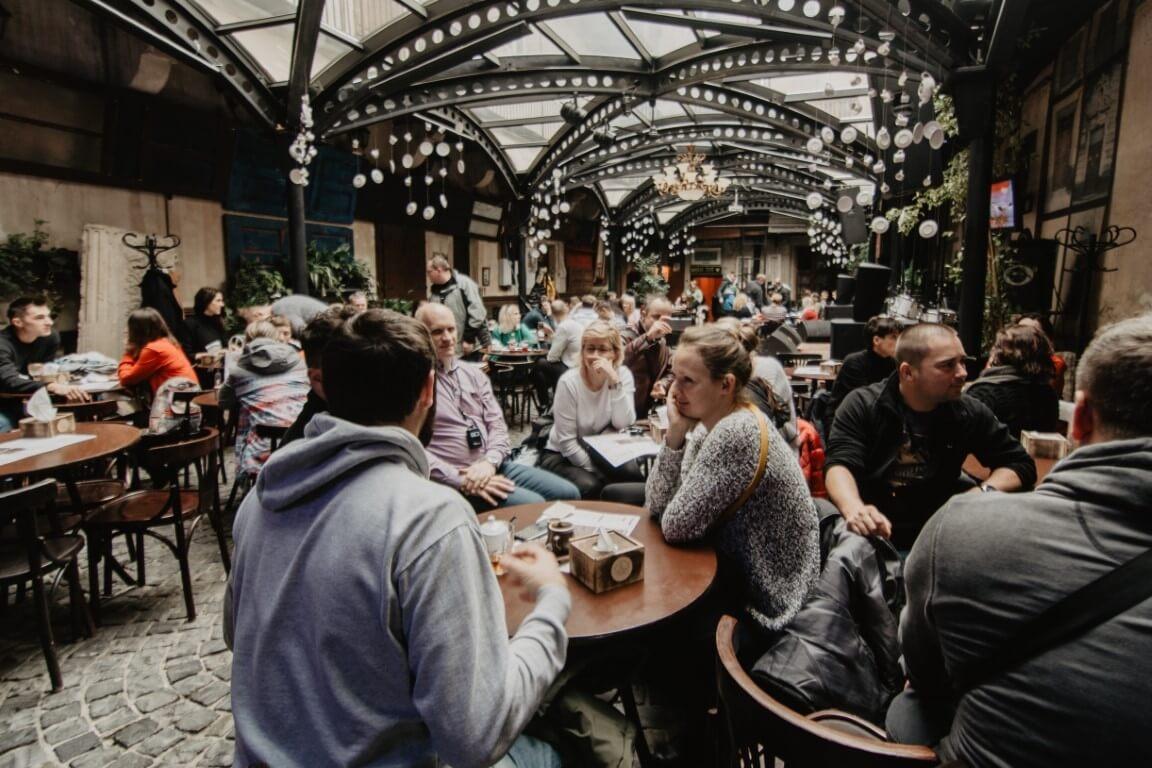 Ludzie przy stole podczas wyjazdu integracyjnego