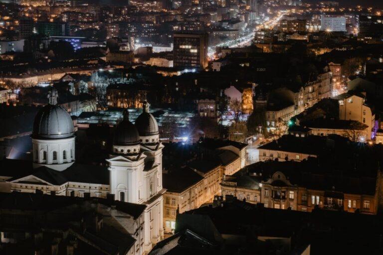 Widok na miasto z okna hotelu podczas wyjazdu służbowego